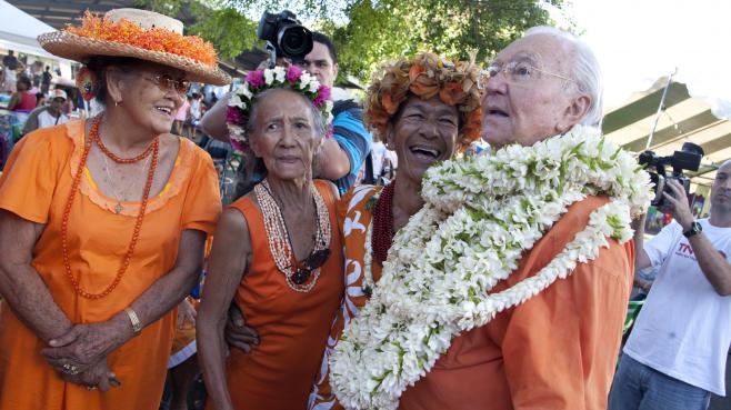 Gaston Flosse discute avec ses partisans du Tahoeraa, le 5 mai 2013, à Pirae (Polynésie française).