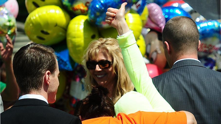 Gina DeJesus lève son pouce à son arrivée devant la maison familiale le 8 mai 2013 à Cleveland, dans l'Ohio.