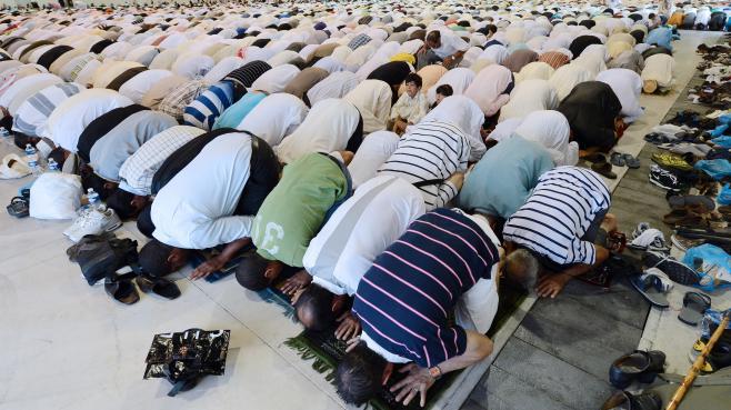 Des musulmans participent à la prière de l'Aïd-el-Fitr, qui marque la fin du ramadan, le 19 août 2012 à Marseille (Bouches-du-Rhône).