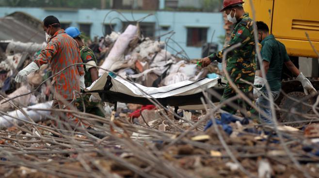 Des secouristes extraient les corps des décombres, le 9 mai 2013 à Savar, dans la banlieue de Dacca (Bangladesh).