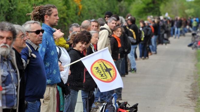 Des opposants à Notre-Dame-des-Landes (Loire-Atlantique) forment une chaîne humaine, le 11 mai 2013, autour du site.