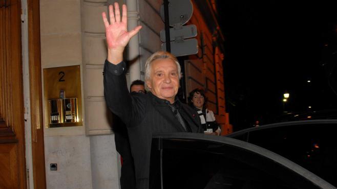Michel Sardou, le 15 novembre 2011, à la sortie de l'ambassade d'Irlande en France, où lui ont été remises les clés du Connemara.