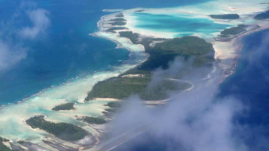 L'rchipel des Tuamotu (Polynésie française), vu du ciel.