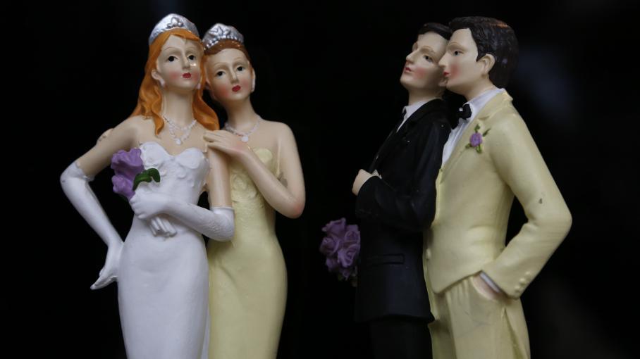 Des figurines de couples de même sexe exposées lors du salon du mariage gay, à Paris, le 27 avril 2013.