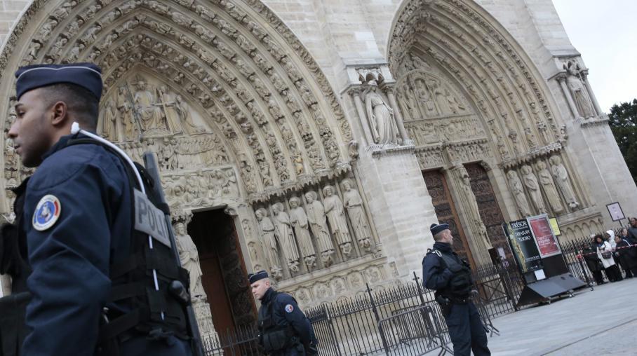 La police surveille la cathédrale Notre-Dame de Paris, après le suicide d'un homme, le 21 mai 2013.