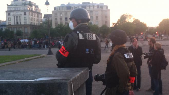 Des journalistes, esplanade des Invalides à Paris, dimanche 26 mai 2013.