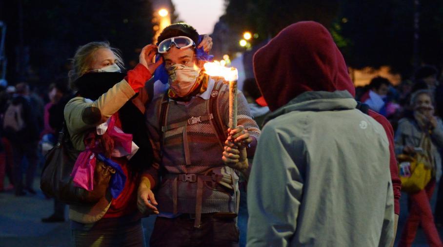 Des jeunes de la Manif pour tous s'équipent pour aller affronter les CRS, place des Invalides à paris, dimanche 26 mai 2013.