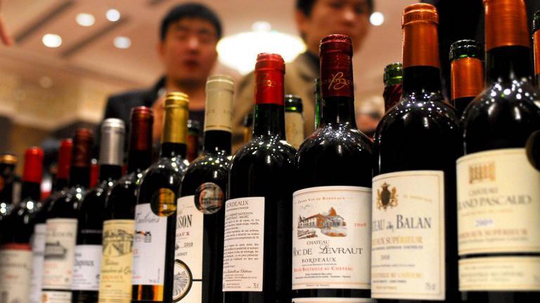 Des bouteilles de vins exposées et dégustées pendant la fête du vin, à Bordeaux (Gironde), le 12 novembre 2011, attirent l'attention d'experts chinois.