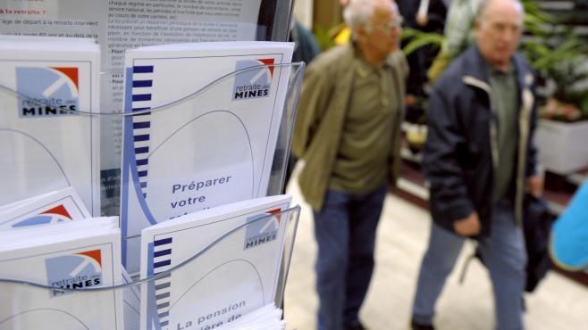 Des mineurs retraités circulent dans les locaux de la caisse régionale minière de l'Est, à Metz (Moselle), le 27 avril 2009.