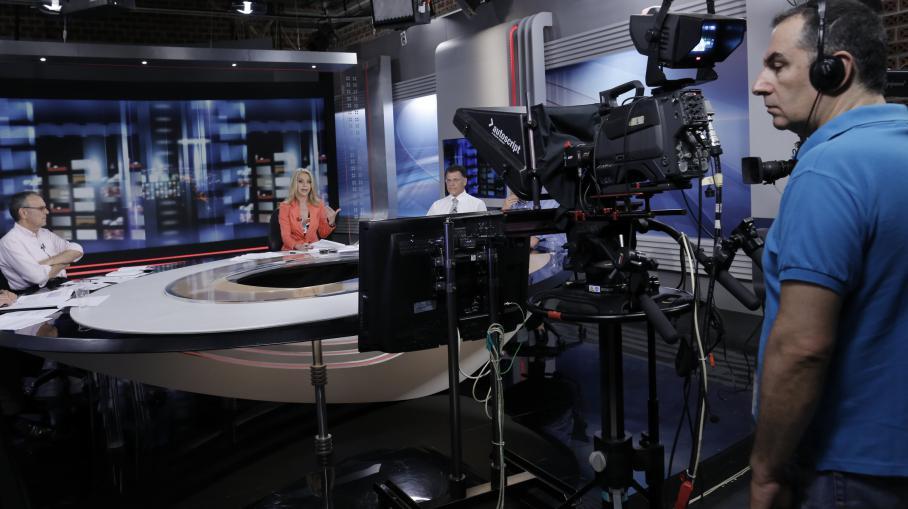 La journaliste Elli Stai présente le dernier journal télévisé sur la chaîne publique grecque ERT, le 11 juin 2013.