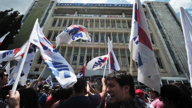 Des manifestants protestent mercredi 12 juin 2013 contre la décision du gouvernement grec de fermer brutalement l'audiovisuel public la veille.