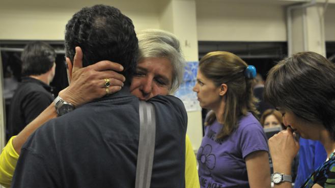 Des employés de l'audiovisuel grec après la coupure du signal mardi 11 juin 2013.