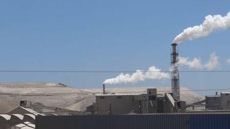 Sfax possède une tradition industrielle ancienne. Ici, la très polluante usine de la SIAP, une unité du traitement du phosphate construite en 1952, qui emploie aujourd\'hui quelque 500 personnes.