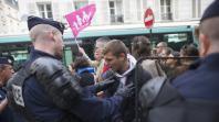 Des manifestants contre le mariage pour tous se confrontent à des policiers, le 1er juin 2013, à Paris.