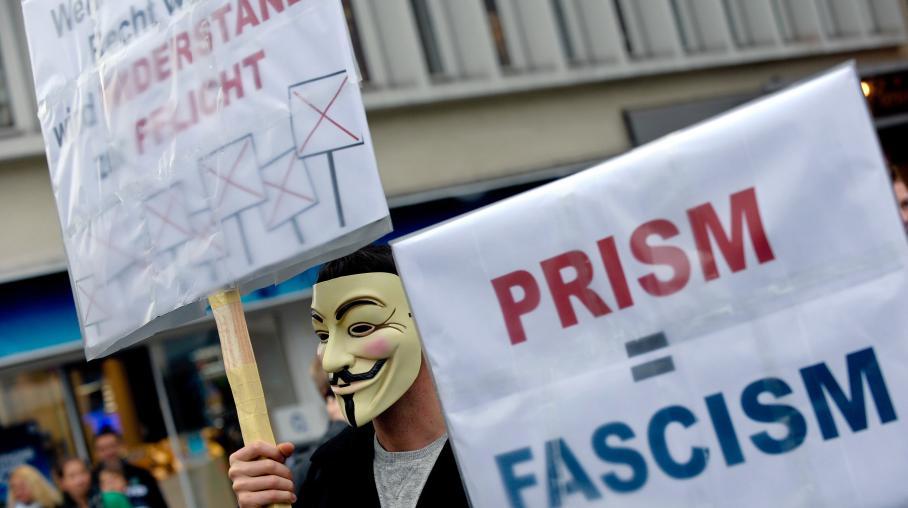 """Un homme manifeste contre le programme de surveillance américain """"Prism"""", le 29 juin 2013 à Hanovre en Allemagne."""