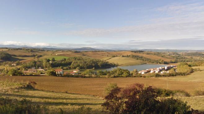 Le lac et la vue sur les Pyrénées, à Carla-Bayle (Ariège).