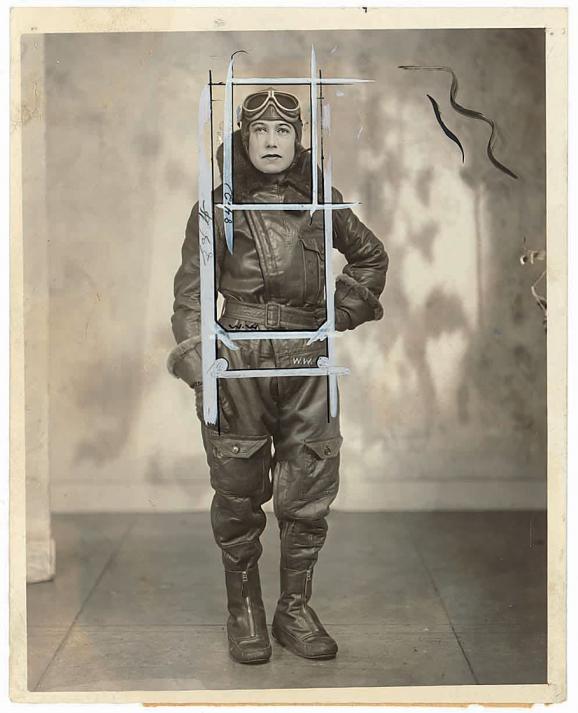 """L'aviatrice australienne Jessie Maud """"Chubbie"""" Keith Miller, en 1930. La photo porte les contours de trois recadrages différents. Les yeux, la bouche, le nez et le revers de la combinaison ont été retouchés au gris film."""