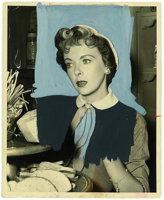 La comédienne Ida Lupino, dans la série américaine Four Star Playhouse, diffusée entre 1952 et 1956. L'arrière-plan est recouvert de gouache bleu clair et son tailleur à rayure est recouvert partiellement de peinture noire opaque qui supprime la main.