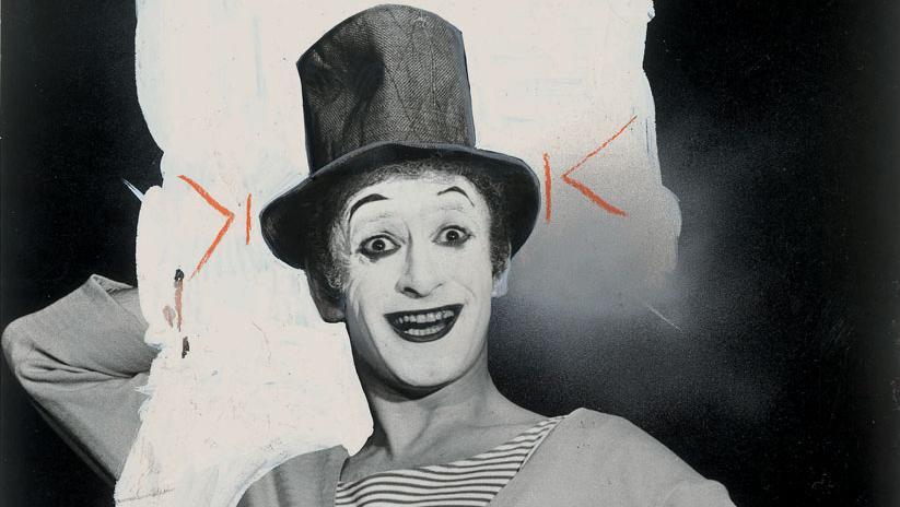 Le mime Marcel Marceau, grimé en Bip en1972. La photo porte les marques de recadrage au crayon orange. Le fond est éclairci, recouvert de gouache blanche. Le bras droit est en partie effacé et la fleur, piquée au-dessus du haut-de-forme, a complètement disparu.