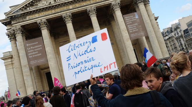 Des soutiens à Nicolas Buss, jeune militant de la Manif pour tous condamné à deux mois de prison ferme, le 21 juin 2013 devant le Panthéon, à Paris.