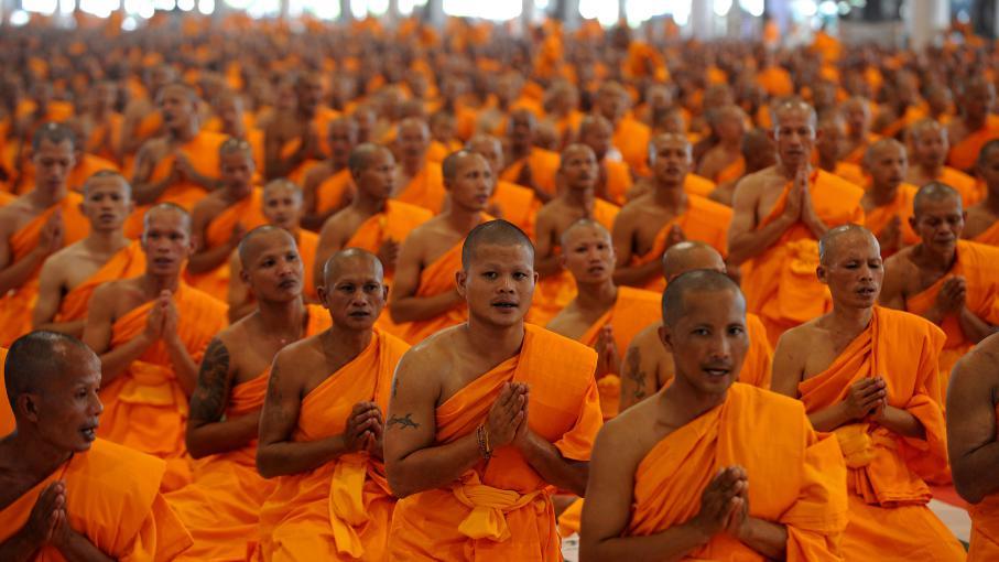 Des moines bouddhistes thaïlandais prient lors d'une cérémonie, au temple Phra Dhammakaya (Thaïlande),le 20 juillet 2010.