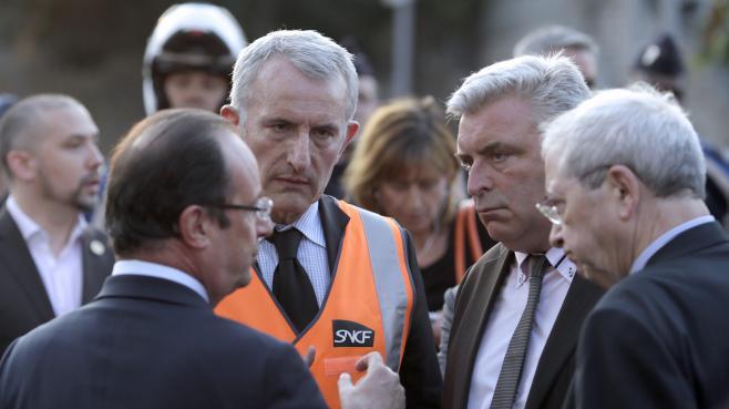 Le président de la République, François Hollande, le PDG de la SNCF, Guillaume Pépy, et le ministre des Transports Frédéric Cuvillier (2e en partant de la droite), le 12 juillet 2013 à Savigny-sur-Orge (Essonne).
