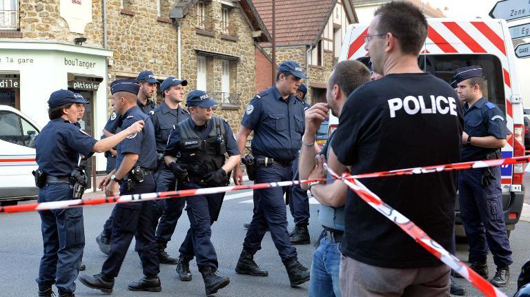 Des policiers interviennent près de la gare de Brétigny-sur-Orge (Essonne), après le déraillement d'un train Paris-Limoges, le 12 juillet 2013.