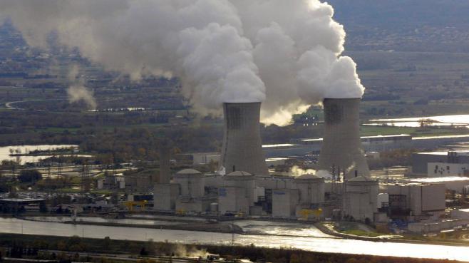 Des activistes de Greenpeace ont pénétré, le 15 juillet 2013, dans la centrale nucléaire du Tricastin (Drôme).