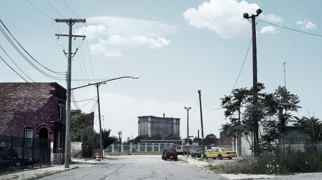 La gare abandonnée de Detroit (au fond), photographiée depuis une rue de la ville.