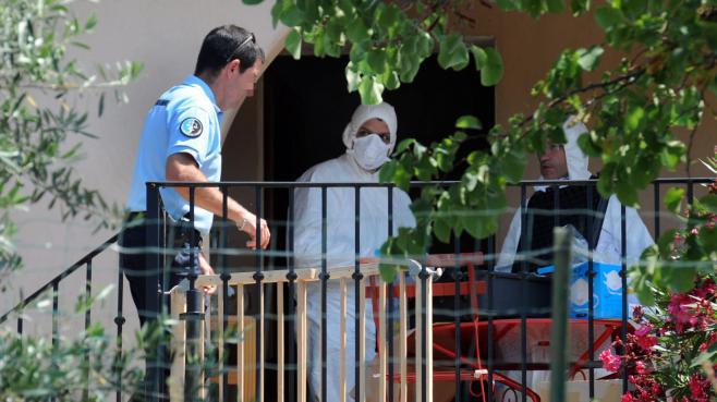 Les experts de la gendarmerie inspectent la maison où un couple a été assassiné, à Monze (Aude), le 23 juillet 2013.