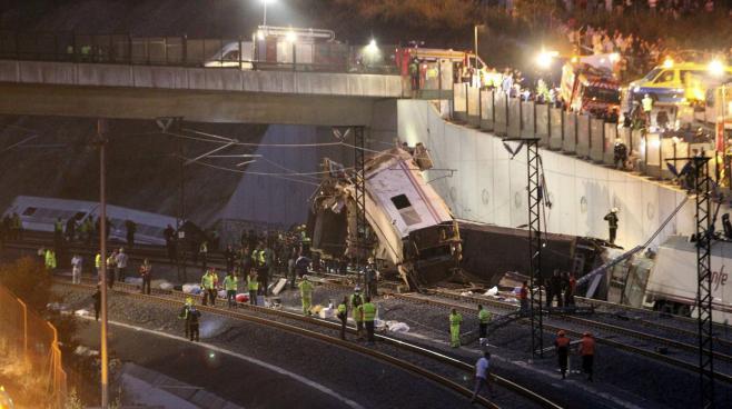 Les secours tentent d'extraire des passagers du train qui a déraillé à Saint-Jacques-de-Compostelle (Espagne), le 24 juillet 2013.