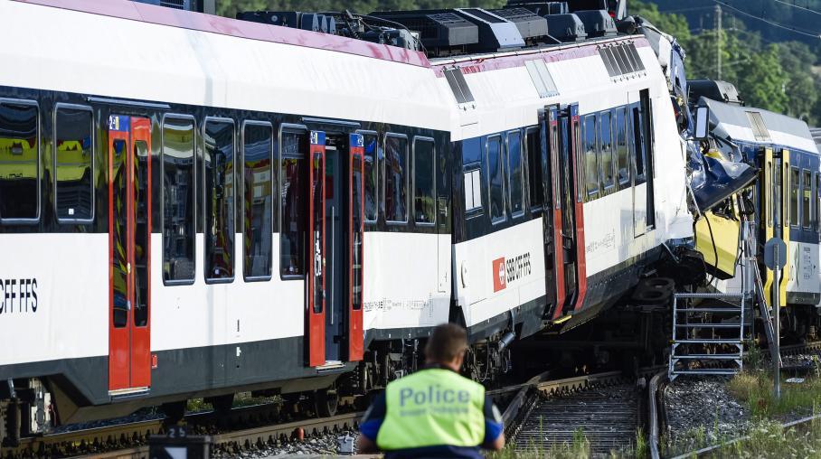 Deux trains sont entrés en collision frontale, à une centaine de mètres de la gare de Granges-près-Marnand, en Suisse romande, lundi 29 juillet 2013.