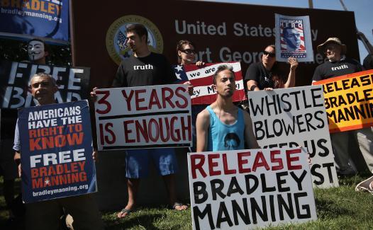 Des manifestants réclament la libération du soldat Bradley Manning, mardi 30 juillet, devant la base militaire de Fort Meade (Etats-Unis).