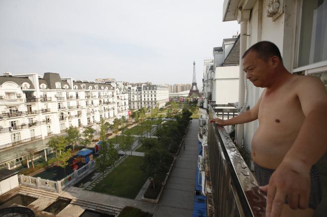 L'un des rares habitants du quartier, le 1er août 2013 à Tianducheng (Chine).