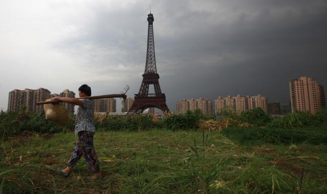 Une paysanne cultive son champ , le 1er août 2013 à Tianducheng (Chine).