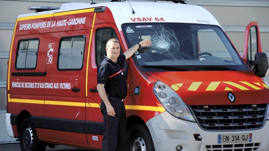 Le 4 août 2013 à Toulouse (Haute-Garonne), le commandant Thierry Lasserre montre l'impact des pierres lancées contre un camion de pompiers.