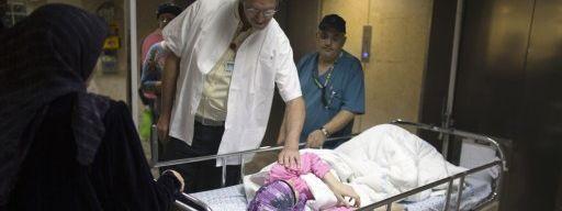 Médecin assistant datant d'un patient
