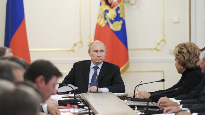Le président russe, Vladimir Poutine, lors d'une réunion avec les membres du Conseil de sécurité russe, le 9 septembre 2013 dans sa résidence de Novo-Ogaryovo, près de Moscou (Russie).
