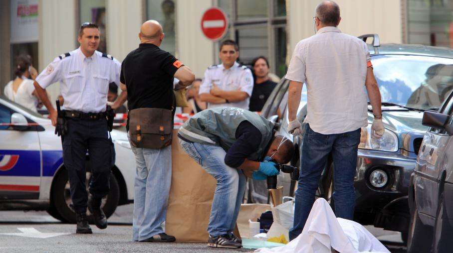 La police scientifique enquête près de la bijouterie dont le propriétaire a tiré sur un braqueur, , le 11 septembre 2013,à Nice (Alpes-Maritimes).