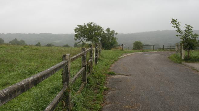 La route menant à la propriété de Rifaat Al-Assad, à Bessancourt, dans le Val-d'Oise, le 13 septembre 2013.