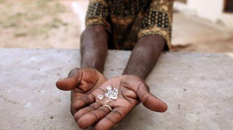 Trafiquant zimbabwéen montrant des diamants à Manica (Mozambique), près de la frontière avec le Zimbabwe, le 19-9-2010.