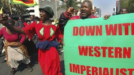 Anciens combattants de la guerre d\'indépendance lors d\'une manifestation de soutien au président Robert Mugabe à Harare, le 29-8-2007. Sur l\'affiche verte, on peut lire: «A bas les impérialistes occidentaux !»