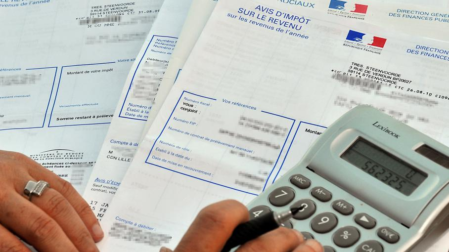 Une personne consulte son avis d'impôt sur le revenu, à Lille (Nord).