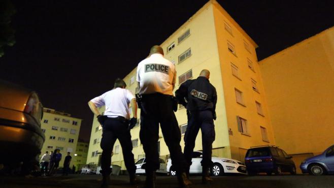 Des policiers devant le domicile de Cécile Bourgeon, mère de la petite Fiona disparue depuis le 12 mai, le 25 septembre 2013 à Perpignan (Pyrénées-Orientales).