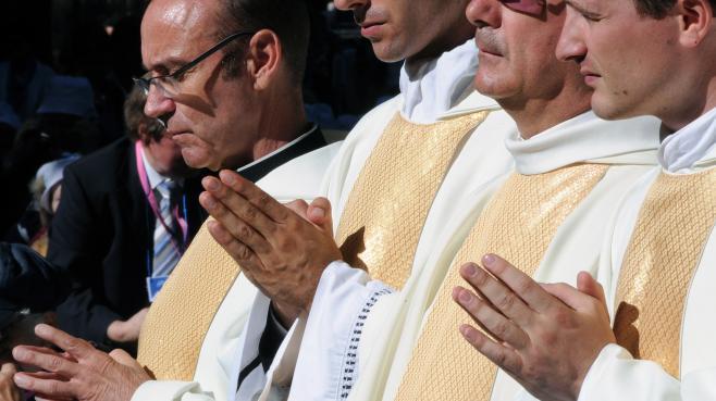 Des prêtres catholiques en prière lors de la fête de l'Assomption, à Lourdes (Hautes-Pyrénées), le 15 août 2013.