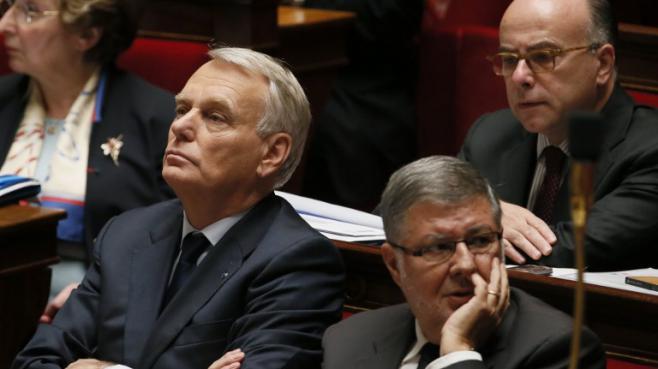 Le Premier ministre, Jean-Marc Ayrault, le ministre délégué en charge des relations avec le Parlement, Alain Vidalies, et le ministre du Budget, Bernard Cazeneuve (banc supérieur), le 16 octobre 2013 à l'Assemblée nationale (Paris).