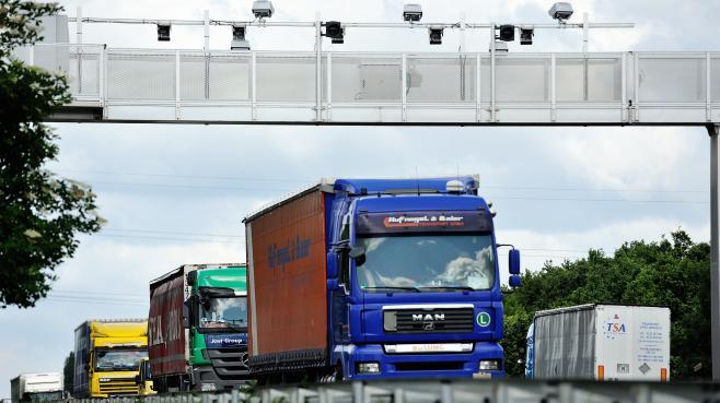 Un camion passe sous un portique écotaxe le 27 juin 2013, sur l'A25, au niveau d'Armentières (Nord).
