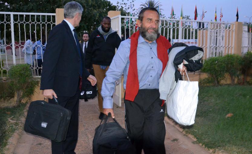Thierry Dol (au centre) et Daniel Larribe (à droite) à leur arrivée à l'aéroport de Niamey (Niger), le 30 octobre 2013.