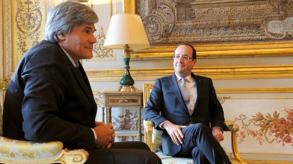 Hollande rentre en france avec une table réveil fm international