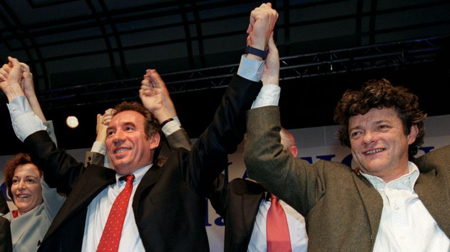 François Bayrou (C) et Jean-Louis Borloo (D), lors d'un conseil national de l'UDF, le 26 janvier 2002 à Paris.